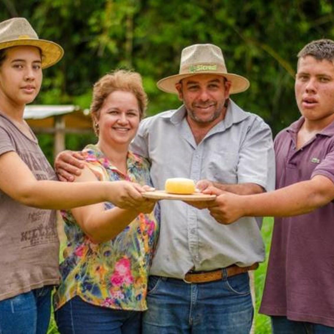 Família Martins e o queijo premiado. Foto: Reprodulão/Internet